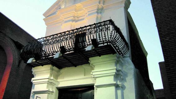 Balcón  y cruz de hierro identifican a lo que quedó de la original casa del obispo Mercadillo.