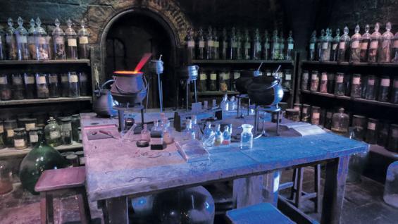 Artesanos del cine. Una de las sorpresas que encontramos durante el recorrido es ver que cada etiqueta de los frascos de pociones en Hogwarts fue escrita a mano (Graciela Cutuli).