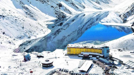 Panorámica   del complejo de Ski Portillo. El hotel, Inca Lodge y Octógono, los chalés, los medios de elevación y las pistas. Todo servido para aprovechar hasta octubre la nieve de primavera.