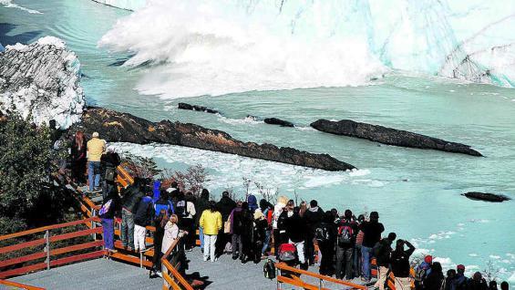 La nueva pasarela con balcones hacia el glaciar Perito Moreno, único que se puede observar desde tierra.