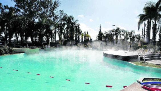 """Las """"aguas milagrosas"""" surgen en todo el perímetro de la ciudad de Termas de Río Hondo."""