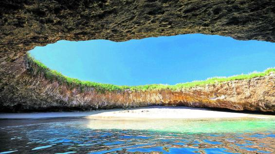"""Playa escondida o """"del amor"""", como se la conoce. Una playa en un cráter en medio del Pacífico."""