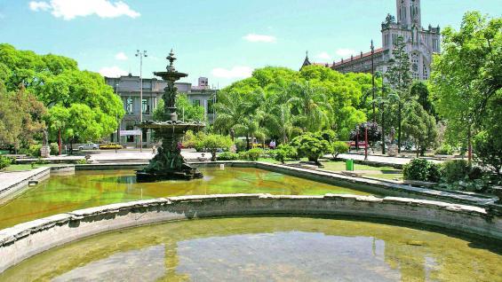 Plaza Colón, el paseo que marca la frontera entre el área céntrica y el popular barrio Alberdi, que atesora valiosos capítulos de la historia cordobesa.