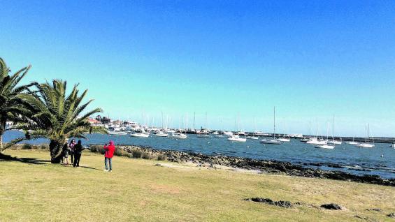 Playa La Mansa. Las caminatas por la rambla Claudio Williman muestran el perfil del puerto con el acostumbrado ajetreo de los pescadores. Es invierno, pero el sol entibia el día.