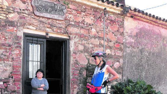 Despensa y bar Santa Catalina, en la ranchería de la estancia, y Mariíta, quien la atiende y muestra sus dotes de cocinera.