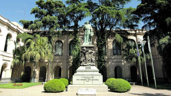 Escultura del obispo fray Fernando Trejo y Sanabria en el patio interior de hermosa arboleda.