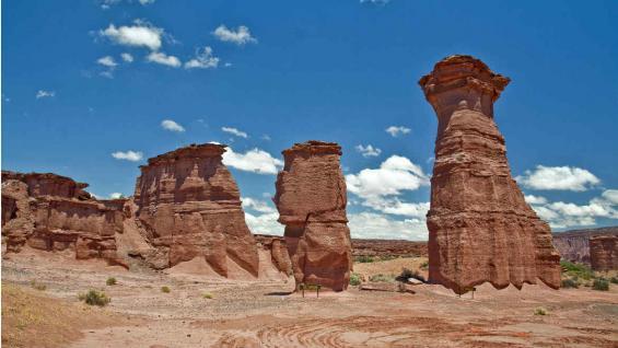 Geoformas. El Monje, El Tótem y La Torre, son algunas de las formaciones que se pueden observar en el Talampaya. (Mario Rodríguez)