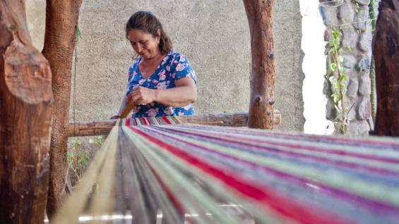 Arte. En Guandacol, las teleras, exhiben sus habilidades en la utilización del huso, la rueca y el telar criollo. (Mario Rodríguez)