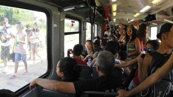El circuito ferroviario que va desde la ciudad de Córdoba hasta Cosquín es uno de los preferidos de los turistas, los cuales se suman a los trabajadores habituales. El pasaje entre ambas cabeceras cuesta sólo $ 6,50 (Paulo Bizzarri/LaVoz)
