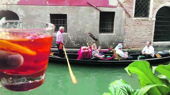 Ristorante Al Vagon, un pintoresco lugar de Venecia para tomarse un aperitivo, mientras por uno de los canales circulan las góndolas con turistas.