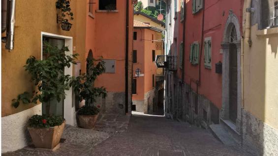 La oferta de comprar casas por un euro es tentadora, pero hay que leer la letra chica. (M. Carla Oller)