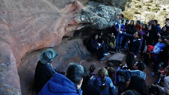 Cintia Cuestas, guía del Museo Arqueológico, con un grupo de visitantes en el Alero de Ricci. (Bibiana Fulchieri)