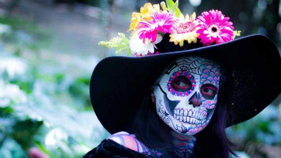 La procesión de Catrinas es una de las celebraciones que se organiza los días previos. (Consulado de México)