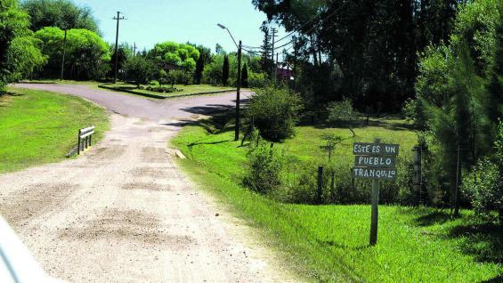Entrada a Pueblo Edén, tranquilo caserío. El cartel lo advierte (Fotografías gentileza Mario Cherrutti)