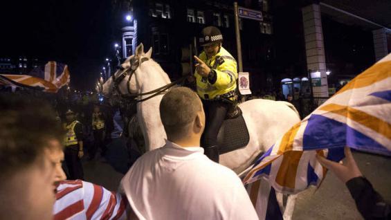 """POLICÍA A CABALLO. Al tratar de mantener a partidarios voto del """"No"""" lejos de los del """"Sí"""" en George Square, Glasgow, este viernes (AP)"""