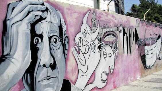 Pablo Picasso en un grafiti en la ciudad de Málaga, su ciudad natal, donde su presencia todavía es casi tangible, aunque murió en 1973.