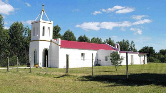 Iglesia de Pueblo Edén, con su blancura que contrasta con el verde. (Fotografías gentileza Mario Cherrutti)
