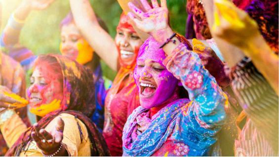 La fiesta atrae a miles de personas de todo el mundo que se lanzan toneladas de polvos de colores. (Destefanis Travel Turismo)