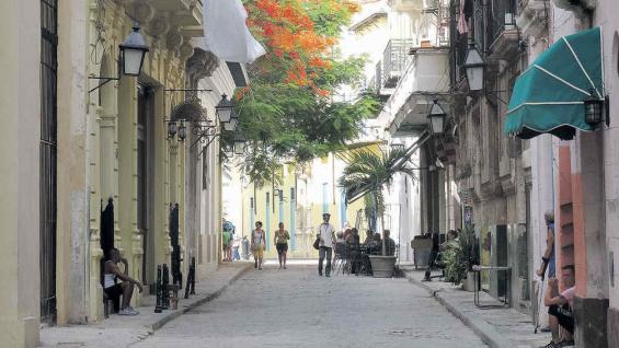 Callecitas. Arquitectura y al fondo, un flamboyán, árbol del Caribe.