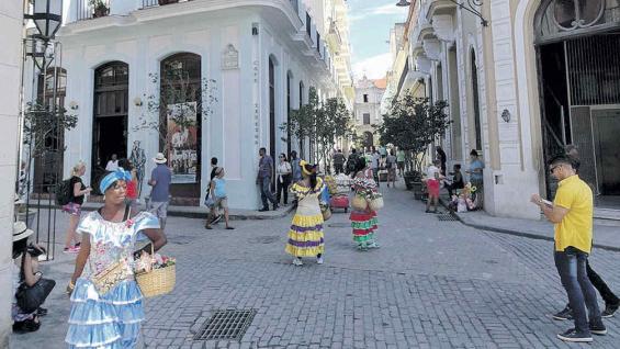 Esquina habanera, con las cubanas vestidas con ropas típicas.