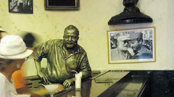 Estatua de Ernest Hemingway en El Floridita, donde el escritor tomaba sus daiquiris.