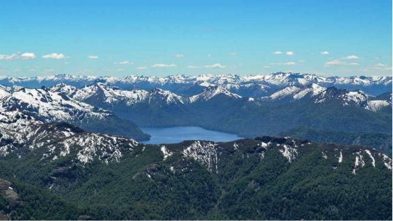 Vista del refugio Bim. De fondo el Lago Tromen. (Eduardo Miotti)