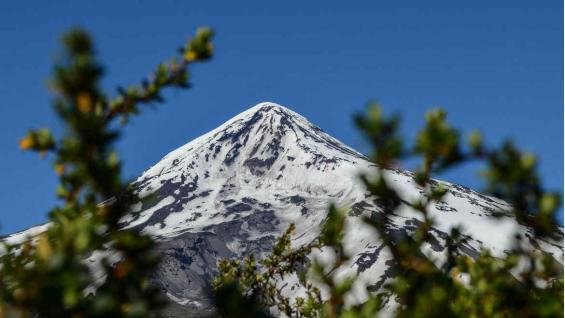 El Lanín es un estratovolcán considerado activo, ubicado en el sur de Argentina y Chile. Tiene una altitud de 3776 metros sobre el nivel del mar. (Eduardo Miotti)