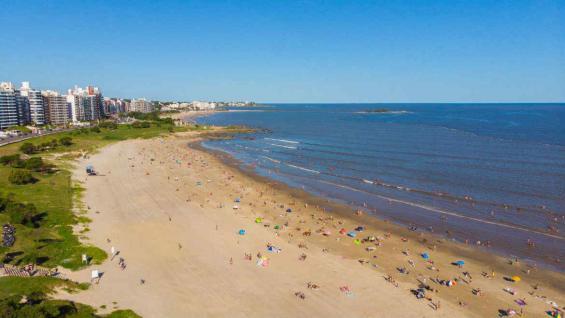 Playa de Montevideo, que ahora tiene un circuito dedicado al poeta Mario Benedetti, sobre el Río de la Plata. (Graciela Cutuli)