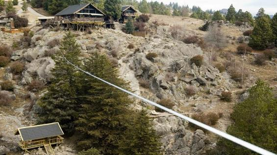 Peñón del Águila. Este parque temático ofrece cinco tirolesas para desafiar a la altura entre las sierras. (Cristian Celis )