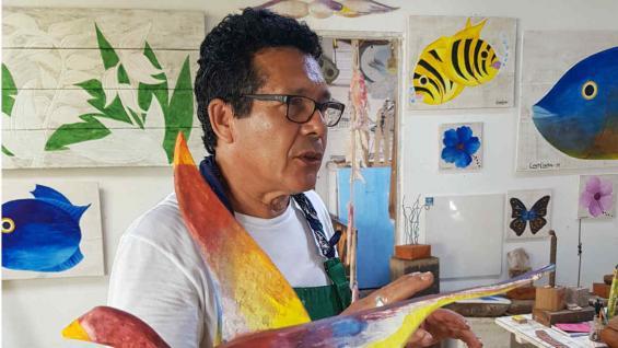 Gilberto Carcará, el artista que talla en madera a estos plumíferos tan famosos. (Adrián Bassola)