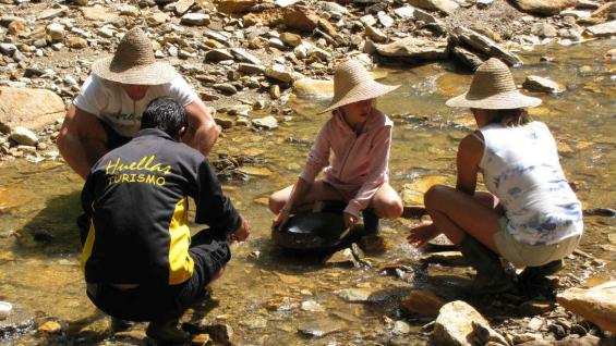 La búsqueda de oro es una de las actividades que atrae a grandes y chicos. (Huellas Turismo)