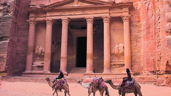El Tesoro. Se trata del principal monumento construido en Petra. Sus paredes rosadas contienen interesantes detalles arquitectónicos. (Fotografías de Elizabeth Zanni)