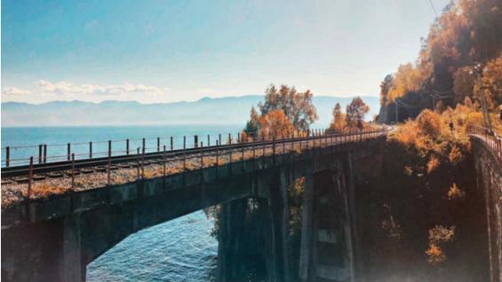 El gélido lago Baikal, una de las postales que ofrece este viaje en tren. (Marina Tortorella)
