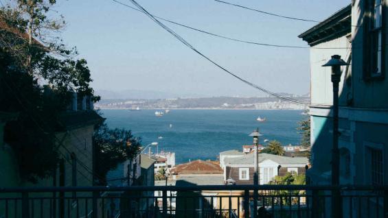 Valparaíso es conocida por sus cerros y espectaculares vistas. (Bahía Flores)