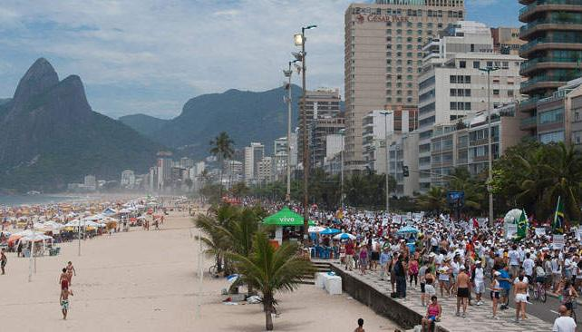 Salida al cerrojo. En Brasil, los cajeros automáticos de la red Plus dan pesos argentinos a una paridad muy conveniente (AP).