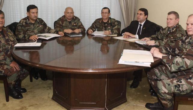 Cambios. Franco se mostró rodeado de jerarcas castrenses, a poco de los relevos en las cúpulas (AP).