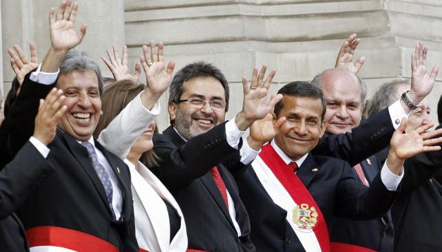 Con sus ministros. Humala, con la banda presidencial, saluda después de dar el discurso por el Día del Perú, al cumplir un año de gestión (AP).