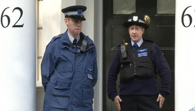 HALLZGO. La policía en la puerta de la casa donde fue encontrada Rausing, en el barrio de Chelsea (AP).