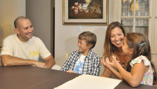 De vuelta. Pablo y Constanza, junto a sus hijos. Se fueron a España en 2002 y volvieron en 2008 (Sergio Ortega/La Voz).