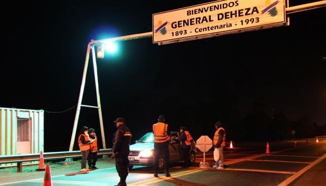 Firmes. Cada fin de semana, los padres de Deheza acuden a los puestos de control, con ayuda municipal (Gentileza Javier Agüero).