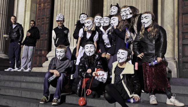 En Londres. Un grupo de chicos se saca una foto con la máscara que Anonymous usa para identificarse (AP).
