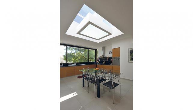 La luz cenital complementa desde otro ángulo la iluminación de las ventanas y suma valor agregado al espacio (Roger Berta).
