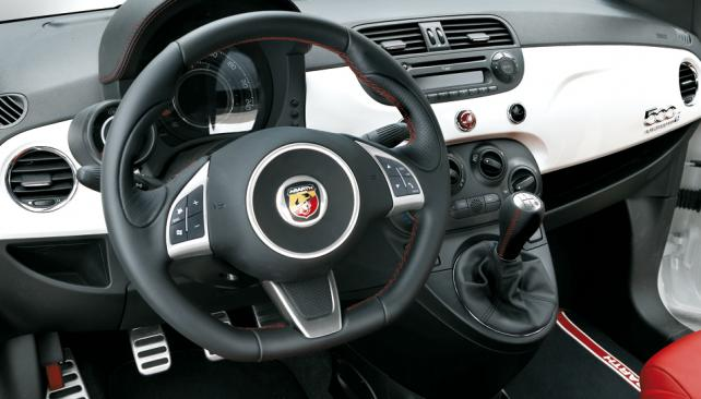 CORAZÓN DELATOR. El interior del 500 Abarth delata su perfil deportivo a través de la presencia de cuero en elementos como el volante, la palanca de cambios y las butacas delanteras.