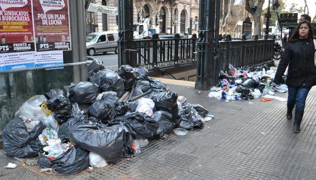 BUENOS AIRES. Basura acumulada por el paro de recolectores (DyN).