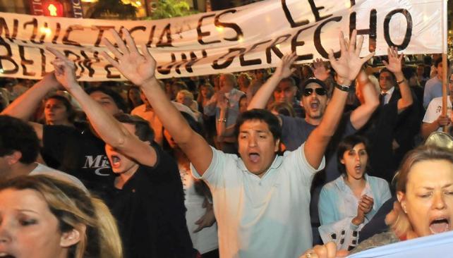 Multitud. Los miles de congregados en la ex Plaza Vélez Sársfield, de la ciudad de Córdoba, llegaron cada uno por su cuenta. No se vieron partidos ni agrupaciones políticas; tampoco gremios (La Voz / Sergio Cejas).