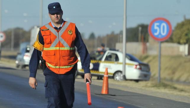 Trabajo incómodo. Hay 1.100 agentes de la Caminera. La mayoría de los infractores se enoja con la sanción (La Voz).