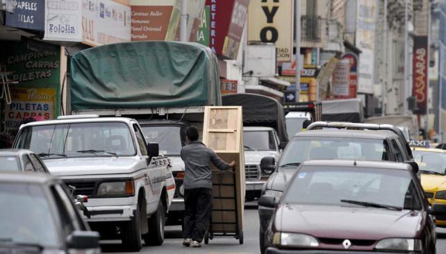 Obstáculos en el camino. En calle Rivadavia al 300, los autos particulares deben esquivar transportes de carga, bultos y personas (La Voz / Antonio Carrizo).