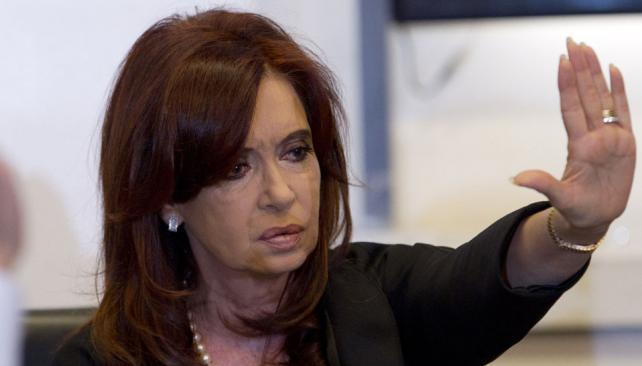 """Esta vez está segura. """"Si algún día quieren de vuelta vender patrimonio del Estado, van a tener que hamacarse un poco para juntar las dos terceras partes"""" en el Congreso, dijo Cristina. En 1992 alentó la privatización (Télam)."""