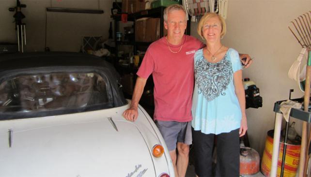 CON EL AUTO. Lo Russell al lado del vehículo en su garaje (AP).
