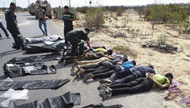 Ejecutados. Los policías, de civil, fueron asesinados, en el más grave ataque sufrido en años por fuerzas de seguridad egipcias en el Sinaí (AP).